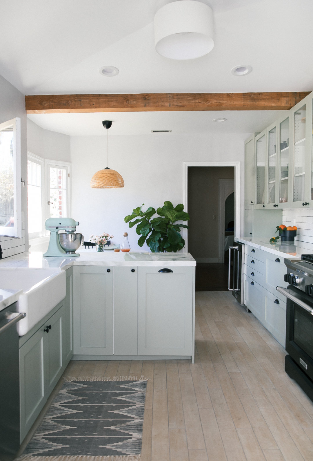 A Cozy Kitchen Renovation: Tips On Working With A Contractor For The First  Time